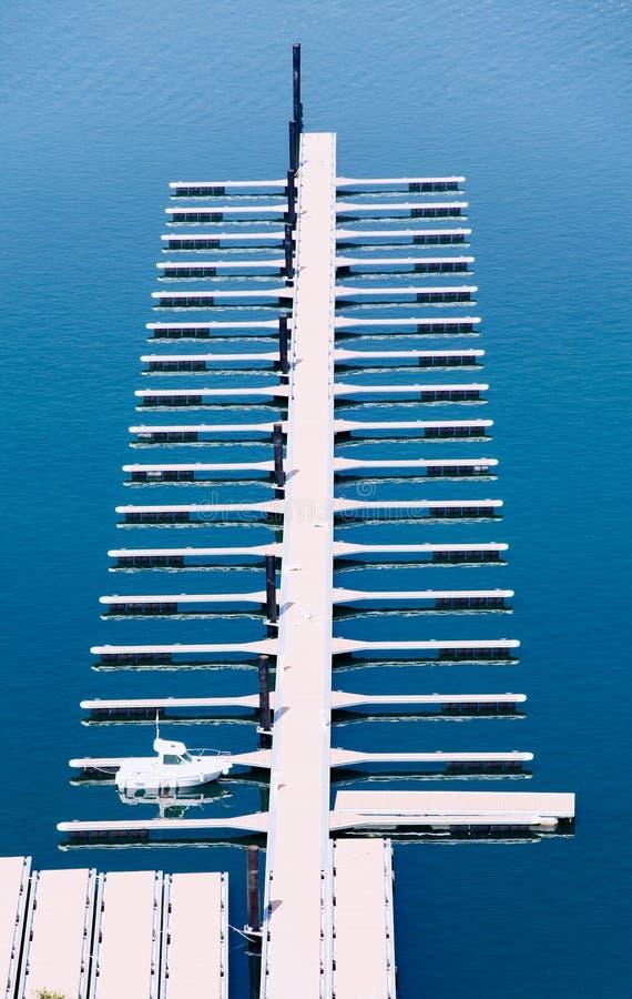 Leerer Jachthafen von der Luft lizenzfreie stockbilder