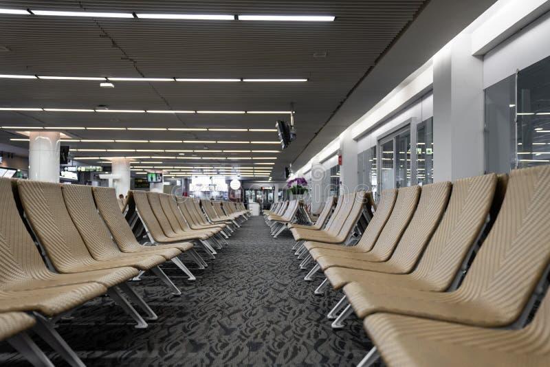 Leerer künstlicher Rattansitzer im Flughafen/in Warteaufenthaltsraumflughafen/im künstlichen Rattanmaterial-/-reisepassagierkonze stockfotos