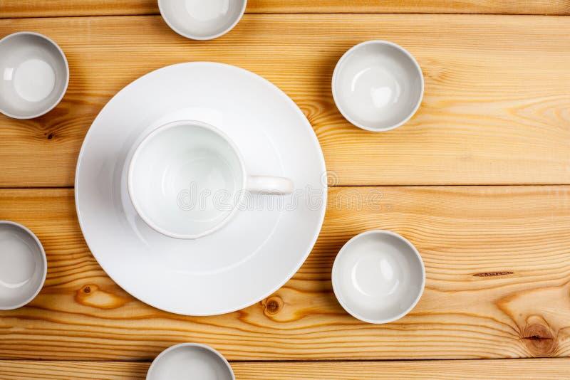 Leerer keramischer Dishware auf einem Holztisch, Draufsicht, Kopienraum lizenzfreie stockfotografie