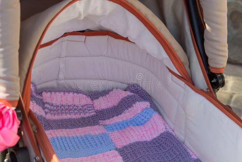 Leerer Kinderwagen, entführte das Baby von einem Spaziergänger, ließ einen leeren Spaziergänger ohne ein Baby stockfotografie
