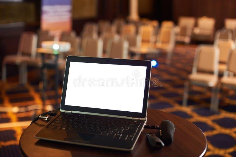Leerer Konferenzsaal mit Computer auf einer Tabelle stockfoto