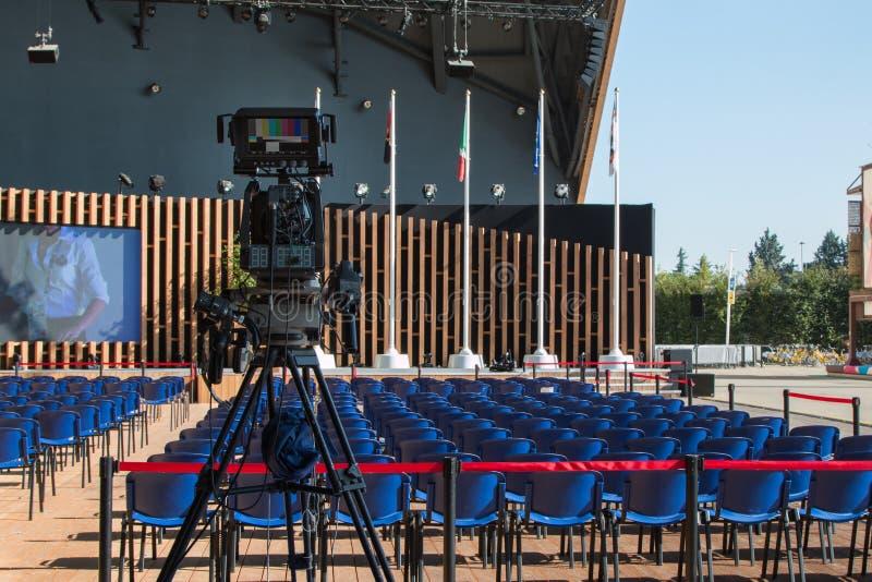Leerer Konferenzsaal mit dem Fernsehen aufnahmebereit für Publikum lizenzfreie stockfotos