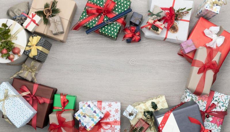 Leerer Kopienraum des Textes oder des Logos im vertikalen Draufsichtholztisch voll von Weihnachts- oder Geburtstagsgeschenkgesche stockbilder
