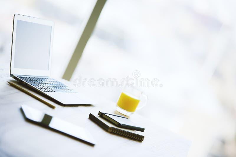 Leerer Laptop auf Schreibtisch stockfoto