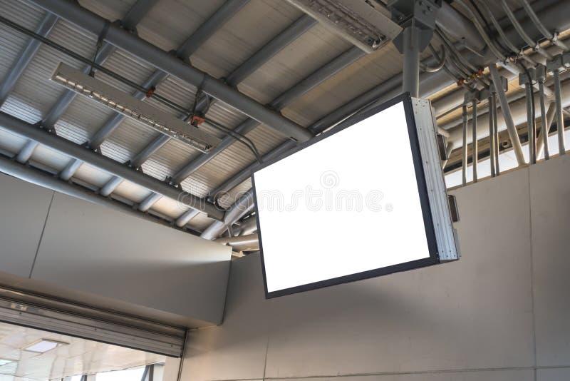 Leerer LCD-Bildschirm-Spott oben in der U-Bahnstation lizenzfreies stockfoto