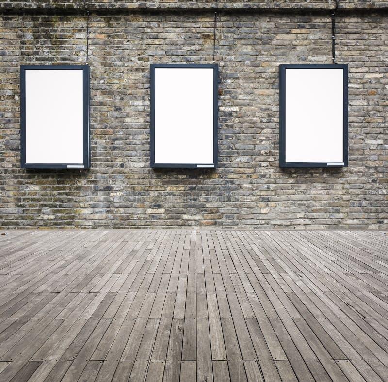 Leerer Leuchtkasten der Werbung drei auf der Wand lizenzfreie stockfotos