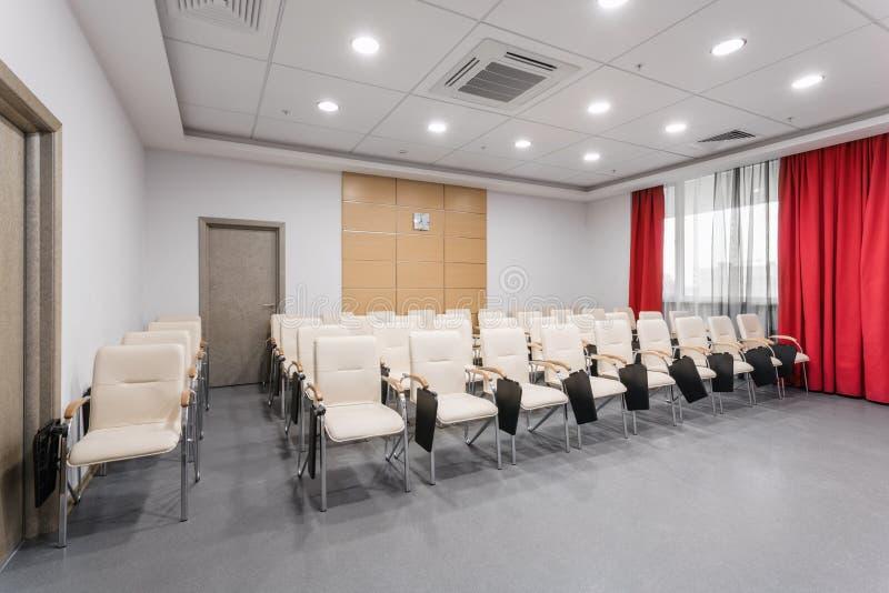 Leerer moderner Konferenzsaal im neuen Hotel Raum f?r die Ausbildung, Ausbildung, Gruppenklassen, Pr?fungen Publikum f?r Sprecher lizenzfreie stockbilder