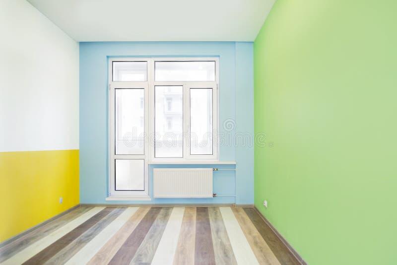 Leerer netter Kinderraum mit Farbwänden stockfoto
