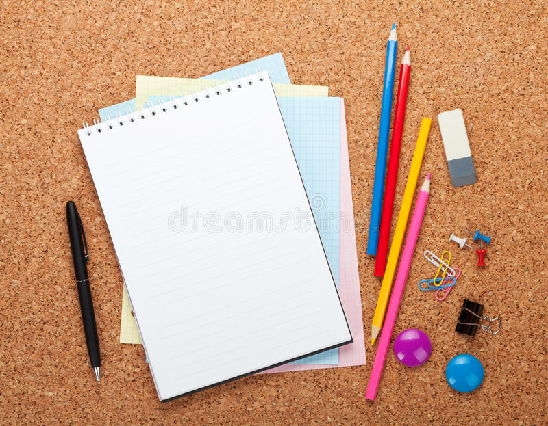 Leerer Notizblock auf KorkenAnschlagtafel stockfoto