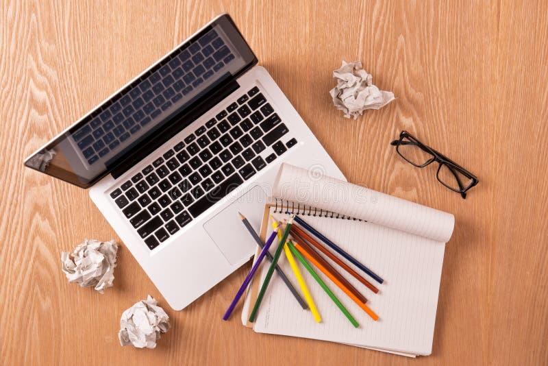 Leerer Notizblock, Laptop und Bleistifte mit Blättern des zerknitterten Papiers stockfotografie