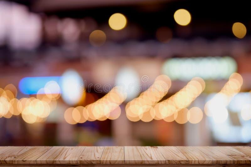 Leerer oberster hölzerner Tabellen- und Unschärfestadtnachthintergrund lizenzfreie stockfotografie