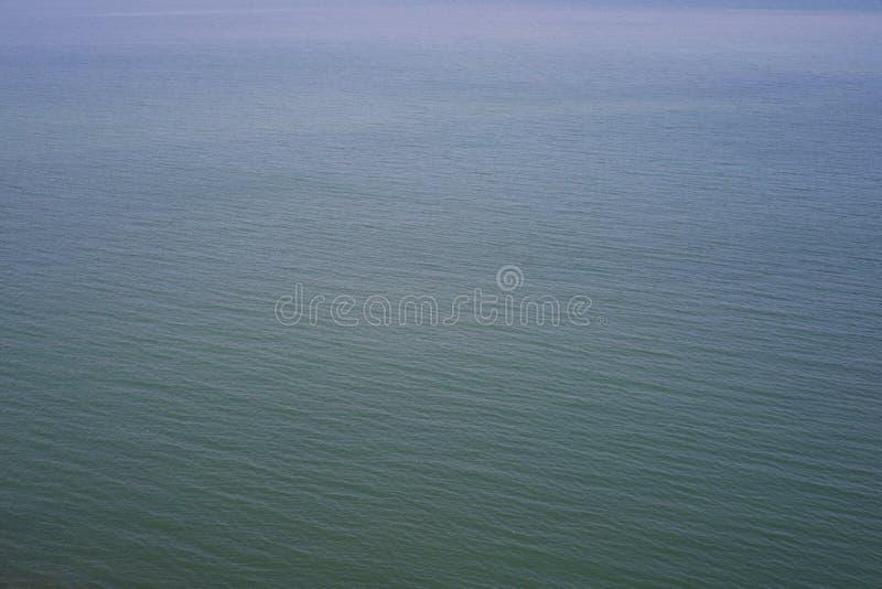 Leerer Ozean mit interessanten Streifen von Wellen stockbilder