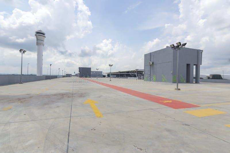 Leerer Parkplatz an der Flughafenstation stockfotografie