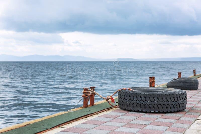 Leerer Pier im Jachthafen Nahaufnahme stockfotos