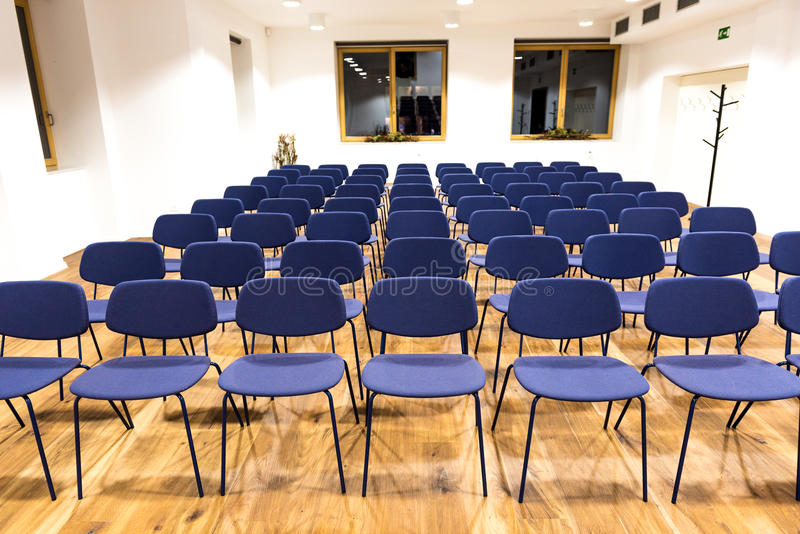 Leerer Presseraum, -Konferenzsaal oder -Konferenzsaal stockbilder