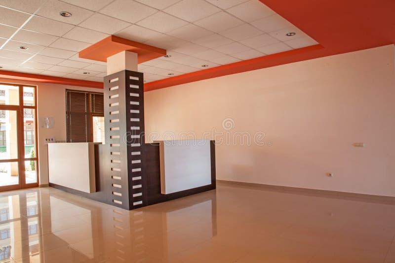 Leerer Raum Abstraktes 3d übertrug Innenraum Aufnahmehalle im modernen Gebäude stockbilder