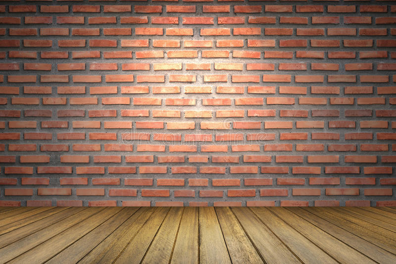 Leerer Raum der alten Wand des roten Backsteins, des braunen Bretterbodens der Perspektive, Scheinwerferlicht von der Spitze, für lizenzfreie stockbilder