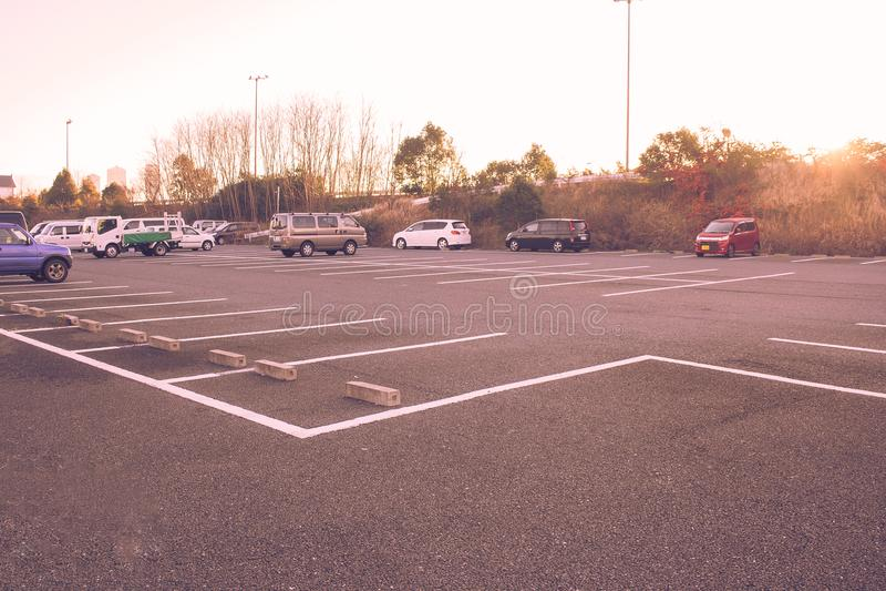 Leerer Raum des Parkplatzloses am allgemeinen Park mit Sonnenlicht morgens lizenzfreie stockbilder