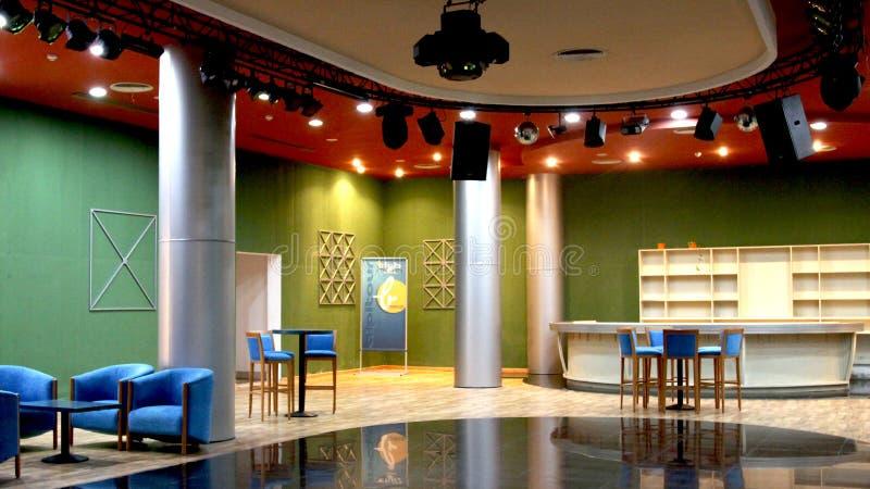 Leerer Raum für Parteien mit grünen Wänden, rote Decke, Hartfaserplatte auf dem Boden disco Stab lizenzfreie stockbilder