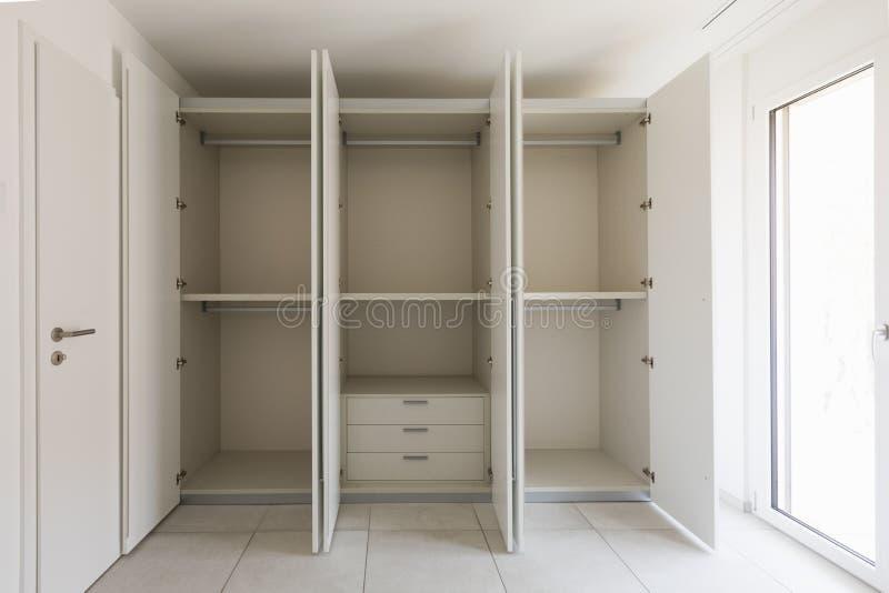 Leerer Raum mit großer Garderobe stockbilder