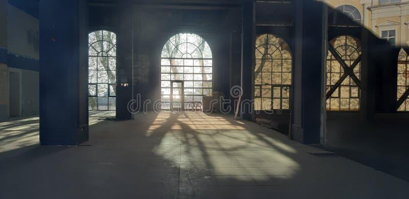 Leerer Raum unter Reparatur mit großen gewölbten Fenstern lizenzfreie stockfotos