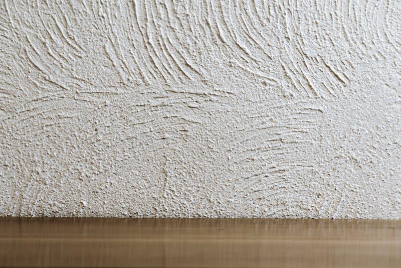 Leerer Raum vor weißer Gipswandoberfläche und Holz, Zementbeschaffenheit stockbilder