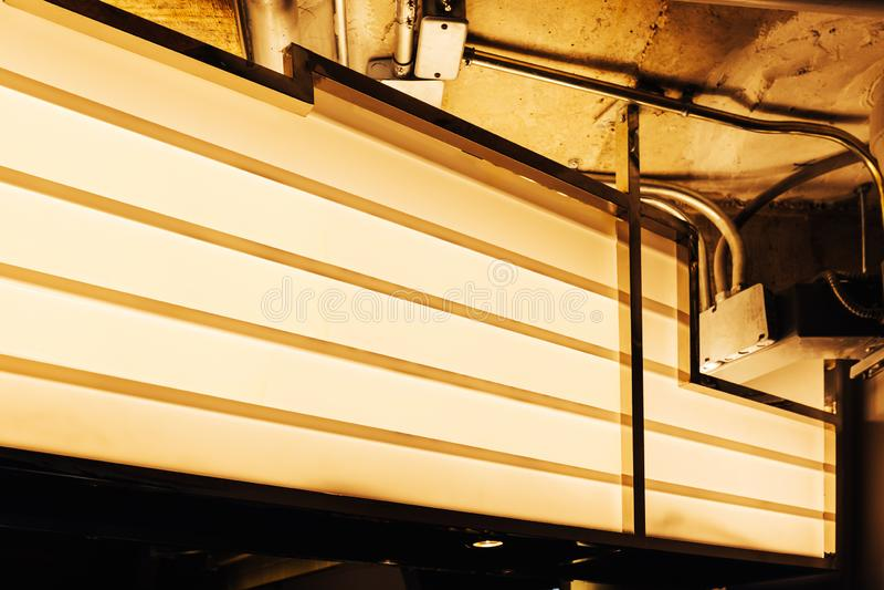 Leerer Retro- Theater lightbox Zeichenfall auf der Wand im warmen gelben Licht lizenzfreie stockbilder