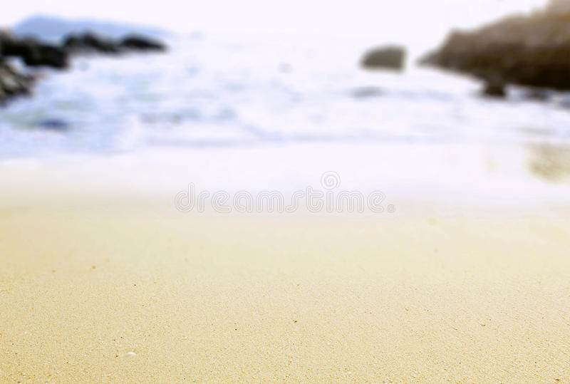 Leerer sandiger Strand mit Unschärfeozean auf Hintergrund lizenzfreie stockfotografie