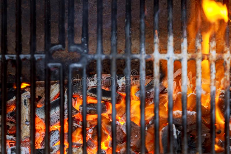 Leerer sauberer Holzkohle BBQ-Grill mit vibrierenden Flammen auf dem schwarzen Hintergrund Cookout-Konzept lizenzfreies stockbild