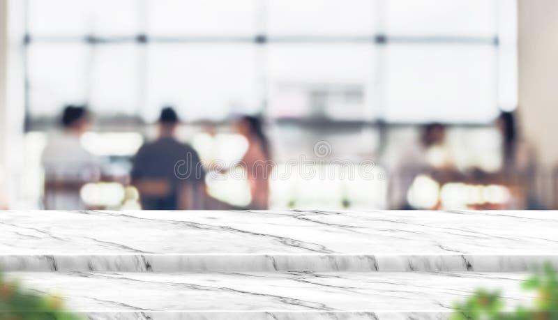 Leerer Schrittmarmortischplatte-Lebensmittelstand mit Unschärfeleuten im coffe lizenzfreies stockfoto