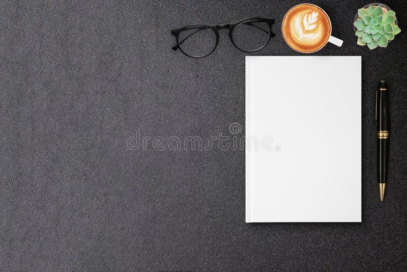 Leerer Segeltuch-Buchspott der gebundenen Ausgabe oben für DesignBucheinband auf schwarzer Tabelle lizenzfreies stockfoto