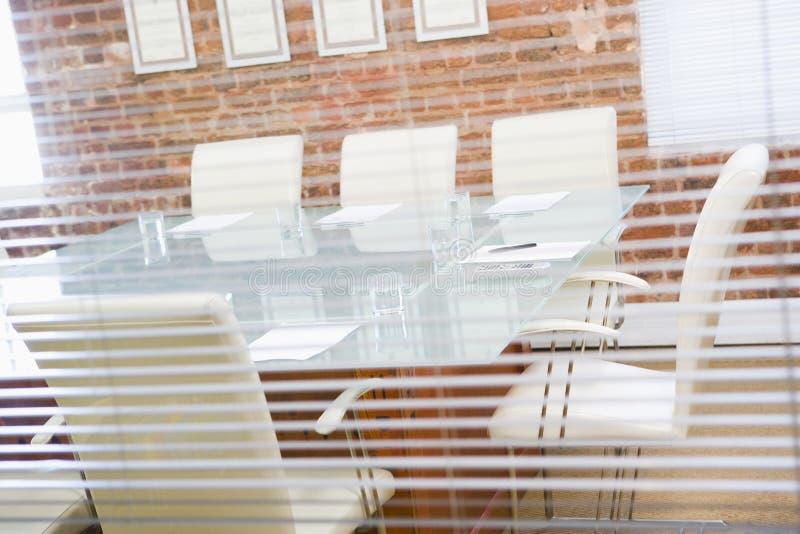 Leerer Sitzungssaal durch ein Fenster stockbilder