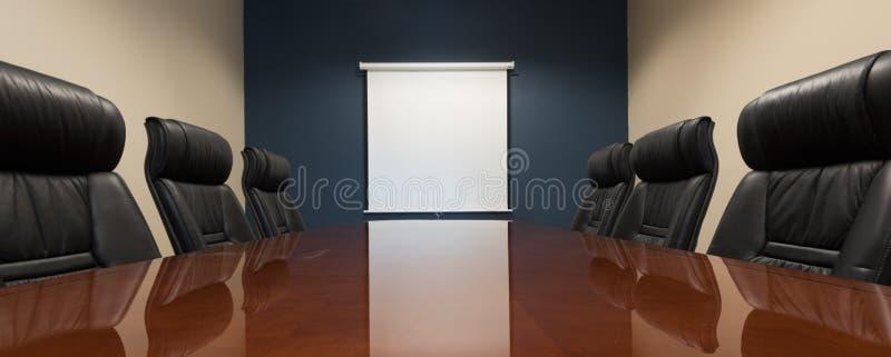 Leerer Sitzungssaal mit einem leeren Bildschirm stockfotografie