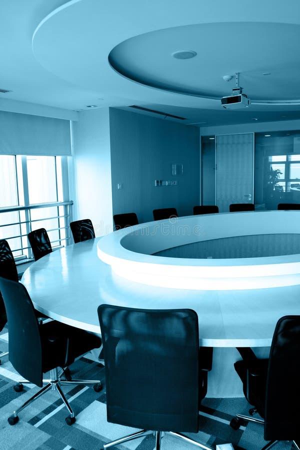 Leerer Sitzungssaal mit runder Tabelle lizenzfreie stockbilder