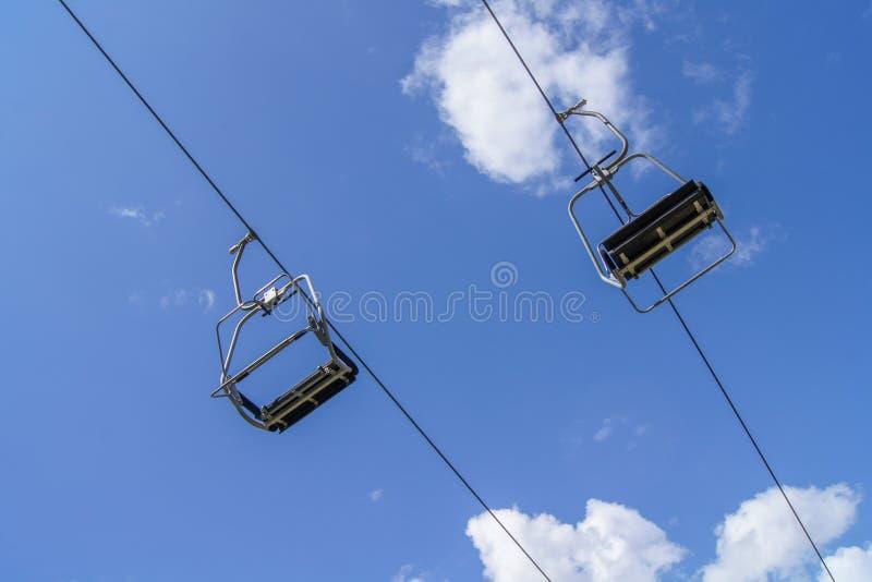 Leerer Skiaufzug mit blauem Himmel stockfoto