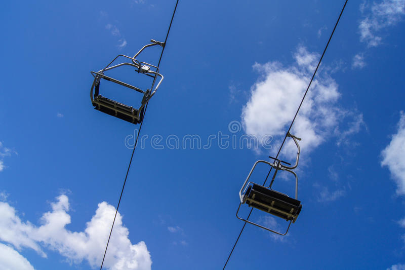 Leerer Skiaufzug mit blauem Himmel lizenzfreies stockfoto