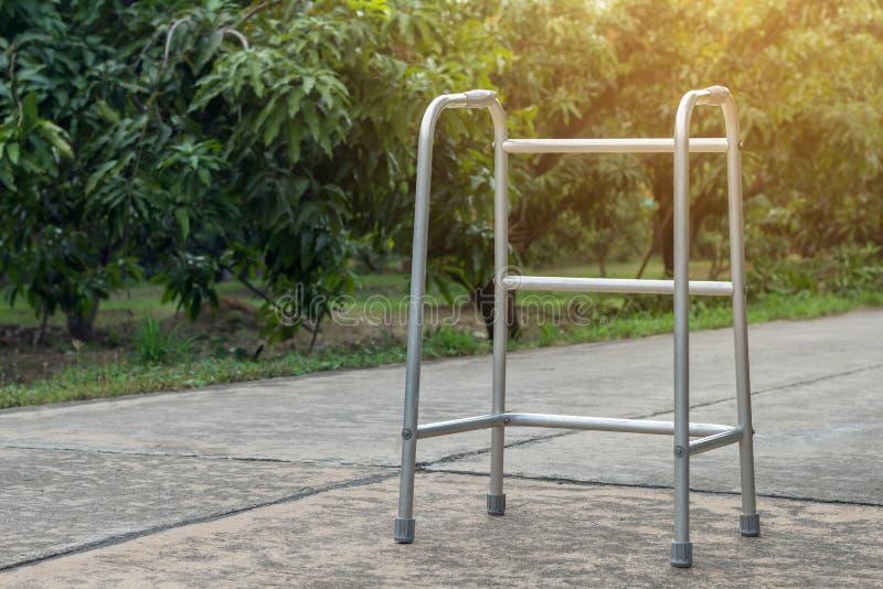 Leerer Spazierstock- oder Personalstock für geduldiges oder Senior oder ältere Menschen am vorderen Haus, gesundes medizinisches  stockfotografie