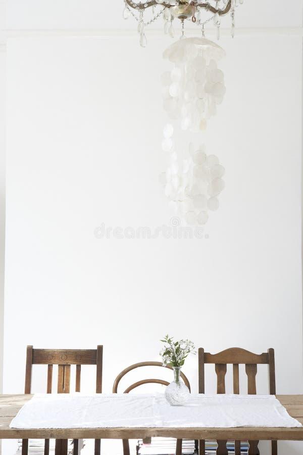 Leerer Speisetisch mit weißem Hintergrund lizenzfreie stockfotos