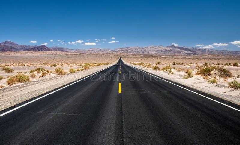 Leerer Straßenlauf durch Nationalpark Death Valley stockfotos