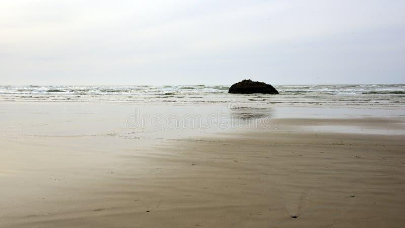 Leerer Strand bei Ebbe stockfoto