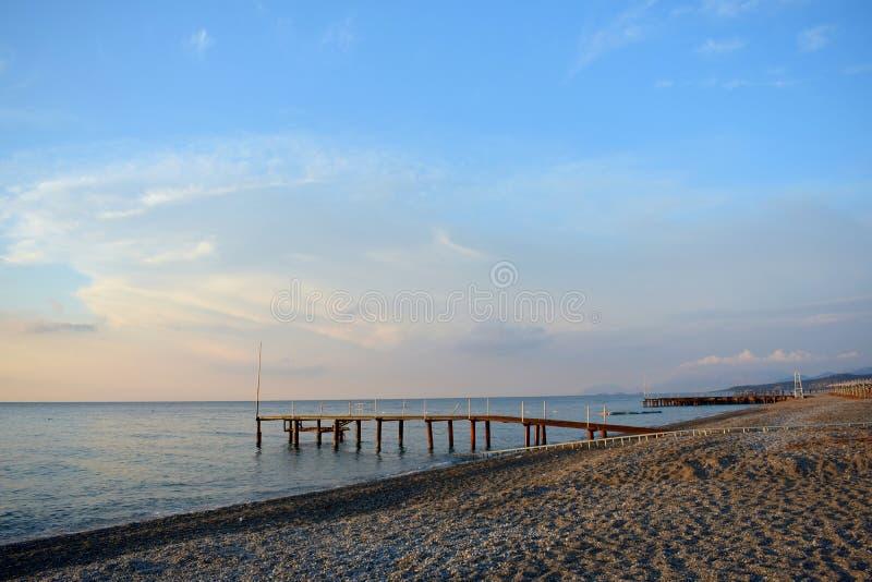 Leerer Strand durch das Mittelmeer, die Türkei lizenzfreies stockfoto