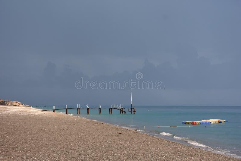 Leerer Strand durch das Mittelmeer, die Türkei lizenzfreie stockfotos