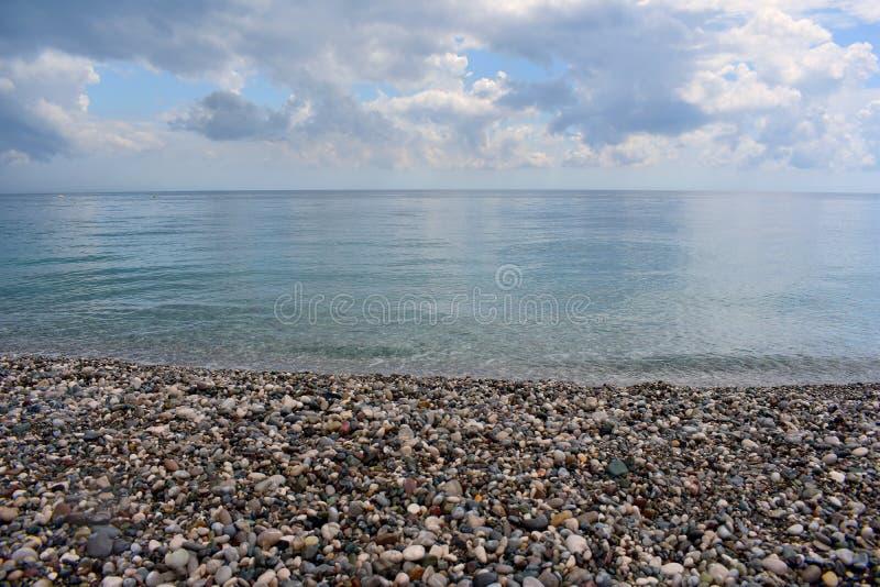Leerer Strand durch das Mittelmeer, die Türkei stockfotos