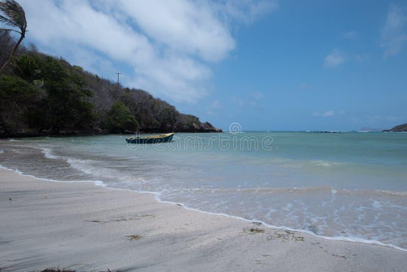 Leerer Strand mit einem Boot lizenzfreie stockbilder