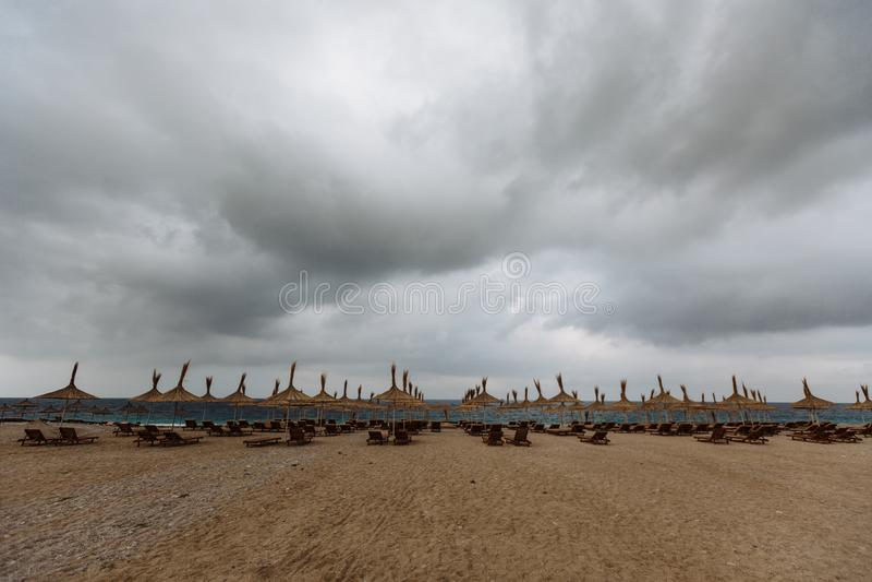 Leerer Strand mit Sonnenschirmen und Sonnenbetten Terrasse mit Seeansicht stockbild