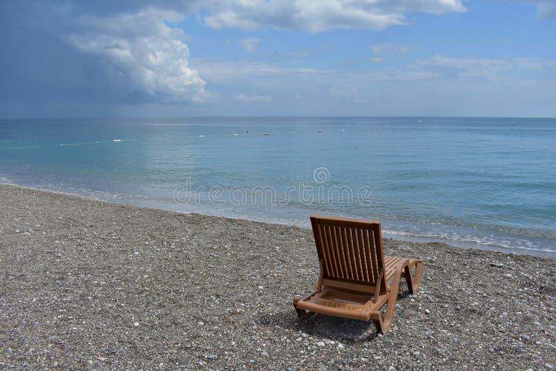 Leerer Strandstuhl durch das Mittelmeer, die Türkei lizenzfreies stockfoto