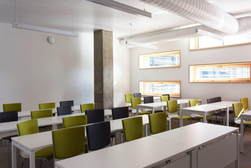 Leerer Studienraum, Klasse für Studenten Weiße Tabellen, Wände und stockbild