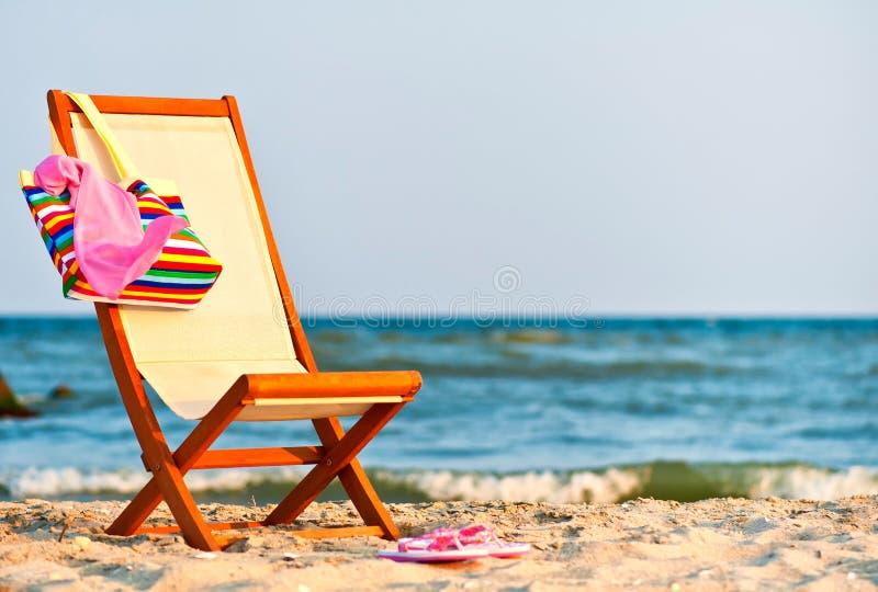 Leerer Stuhl auf dem Strand stockfotos