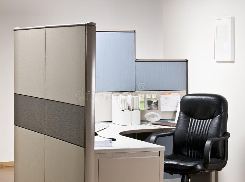Leerer Stuhl am Schreibtisch in der Zelle lizenzfreies stockfoto