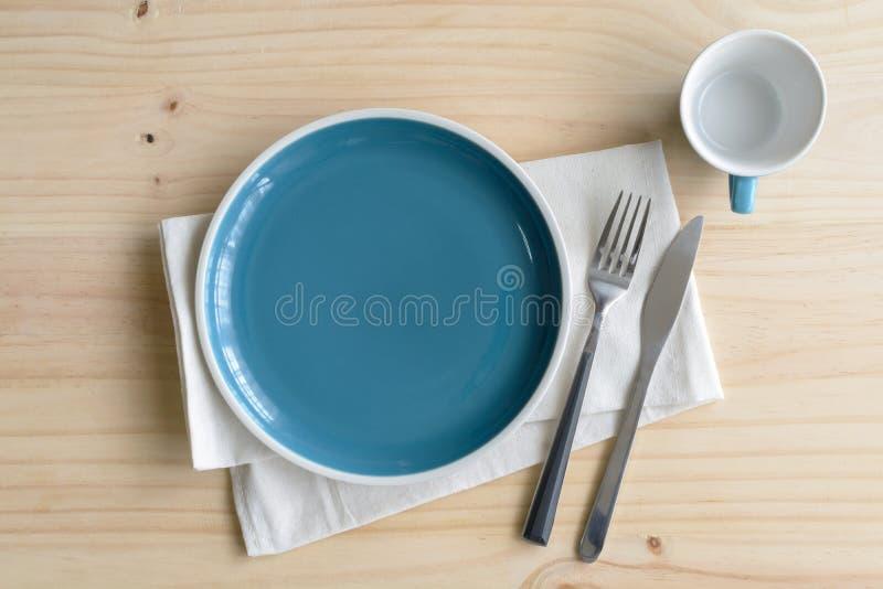 Leerer Teller mit Messer und Gabel auf altem hölzernem Hintergrund lizenzfreies stockbild